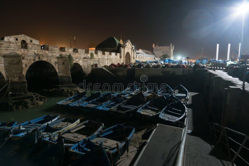 Essaouira port i Marocko Blåa fiskebåtar av Essaouira på natten royaltyfria foton