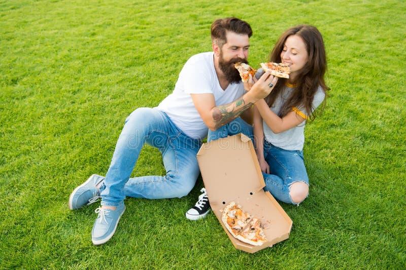 Essayez ceci pique-nique d'été sur l'herbe verte Couples dans la datation d'amour Aliments de pr?paration rapide le hippie barbu  photo stock