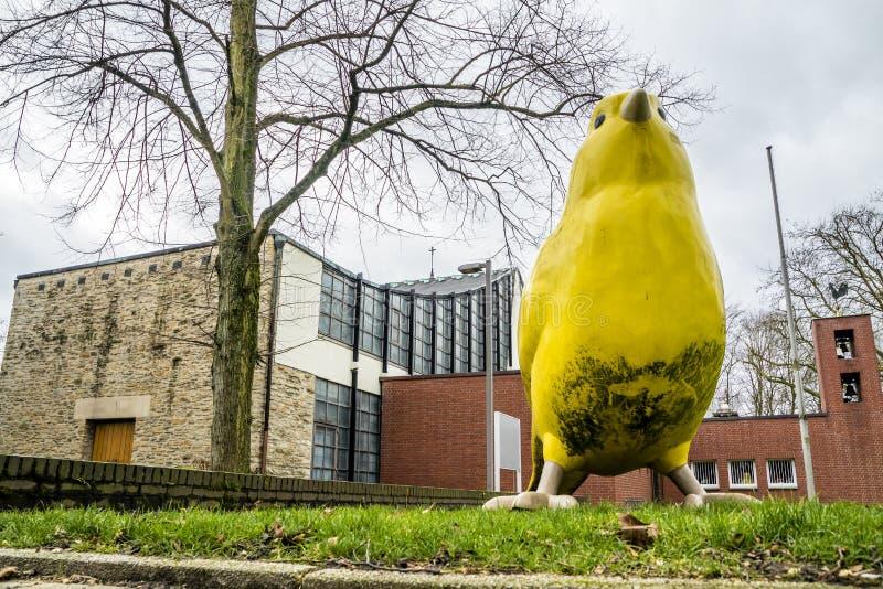 Essen, Alemania - 24 de enero de 2018: El pájaro amarillo de los arquitectos de Ulrich Wiedermann y de Hummert está señalando la  foto de archivo libre de regalías