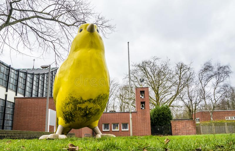 Essen, Alemania - 24 de enero de 2018: El pájaro amarillo de los arquitectos de Ulrich Wiedermann y de Hummert está señalando la  fotos de archivo