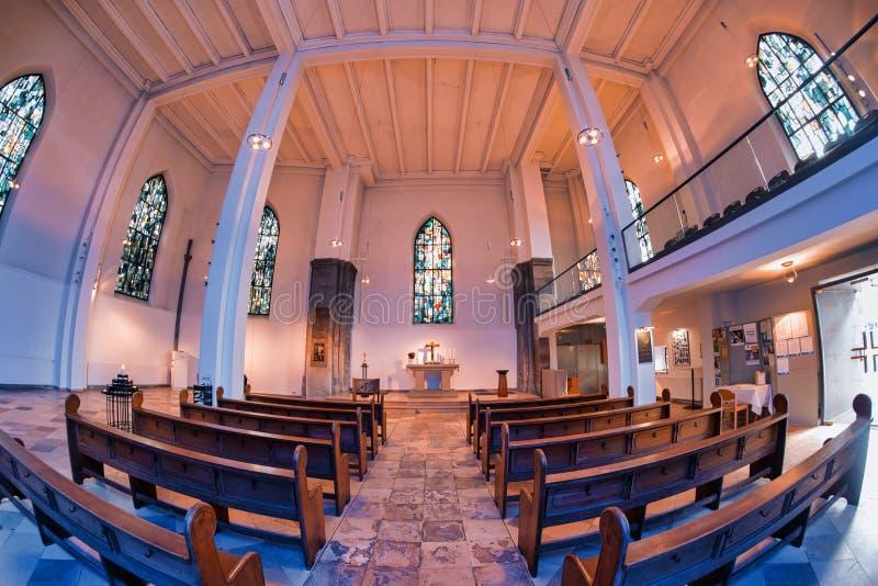 ESSEN, ALEMANIA - 7 DE MARZO DE 2016: Luz del d?a que brilla en iglesia de la ciudad imagen de archivo libre de regalías