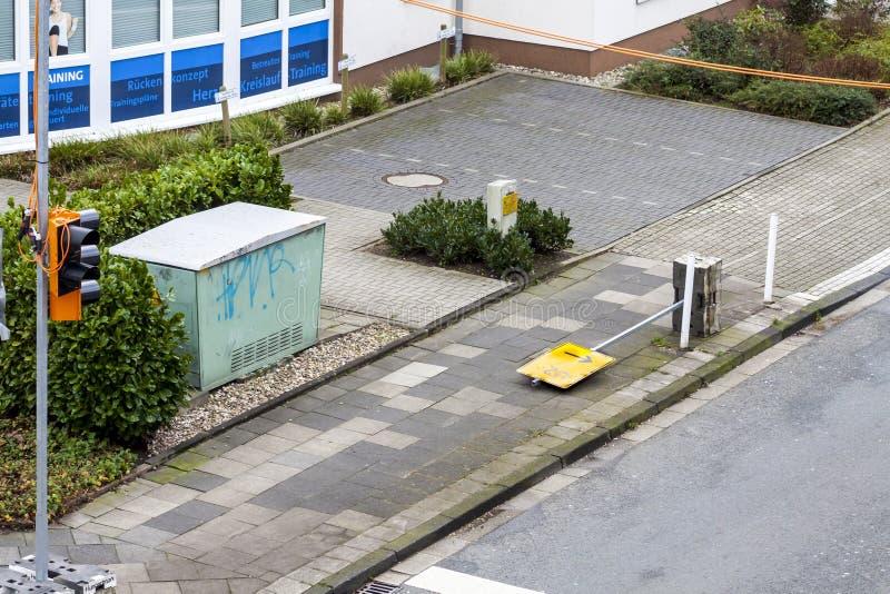 Essen, Allemagne - 18 janvier 2018 : Le poteau de signalisation provisoire U2 s'est retourné par la tempête Friederike au croisem photos libres de droits