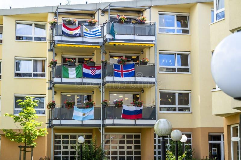 Essen, Allemagne - 21 juin 2018 : Chambre décorée des drapeaux de la coupe du monde du football image stock
