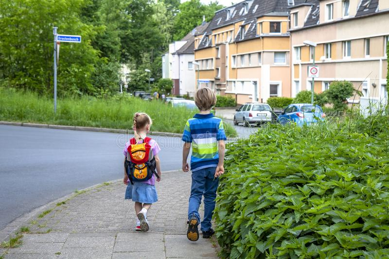 Essen, Allemagne - 12 mai 2018 : Garçon et fille entrant dans la rue de Drostenhof photos libres de droits