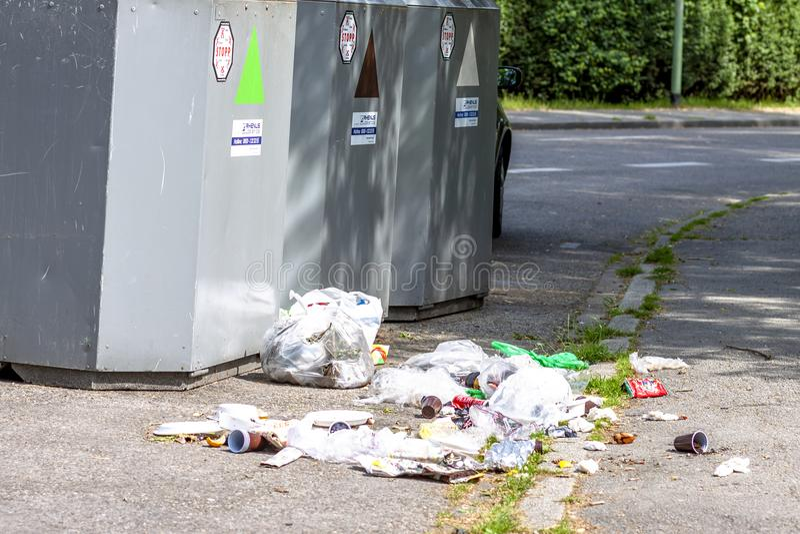 Essen, Allemagne - 12 mai 2018 : Les déchets se trouvent à côté de la poubelle photographie stock libre de droits