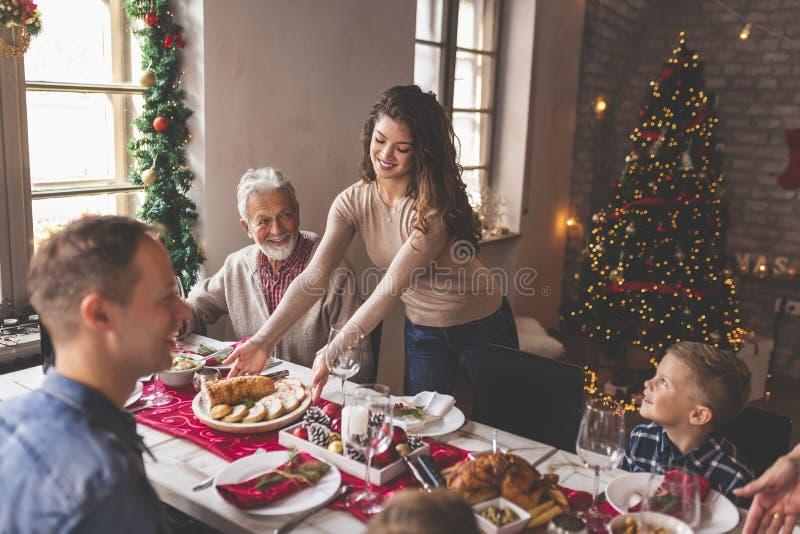 Essen auf den Tisch legen für das Weihnachtsessen der Familie lizenzfreie stockfotos
