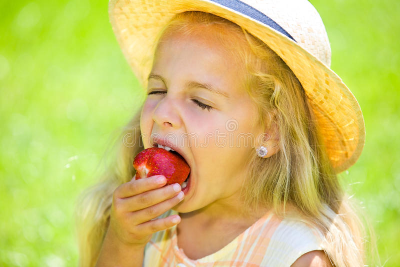 Essen der Erdbeere stockbilder