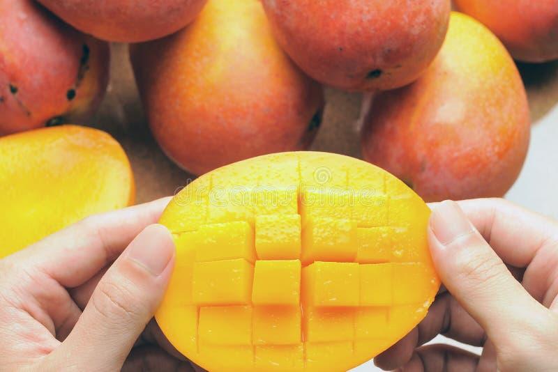 Essen der Mangofrucht lizenzfreie stockbilder