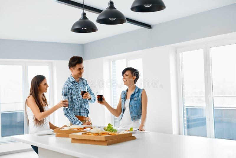 Essen der Nahrung Freunde, die Hauptabendessen haben Freundschaft, Leisu stockbilder