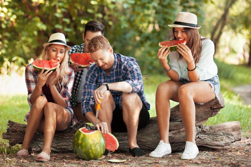 Essen der Wassermelone lizenzfreie stockbilder