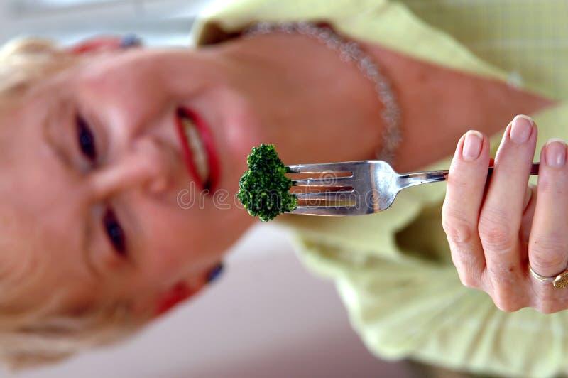 Essen des Brokkolis lizenzfreies stockbild