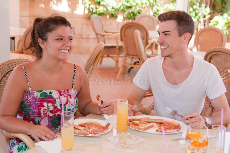 Essen des englischen Frühstücks stockfoto