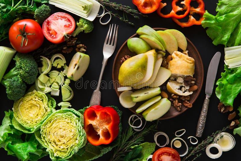 Essen des gesunden Gemüselebensmittels auf schwarzem Hintergrund stockfotos