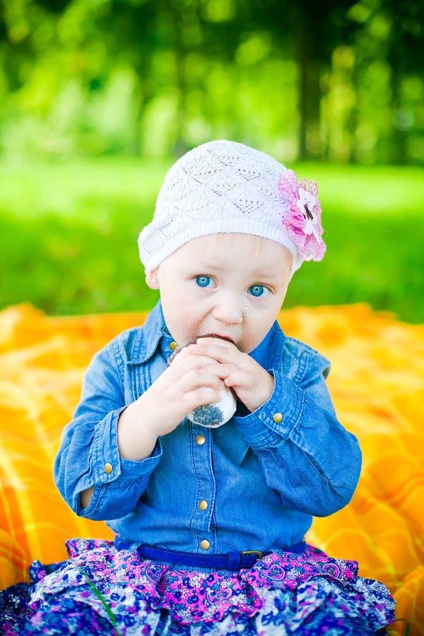 Essen des kleinen Mädchens lizenzfreie stockbilder