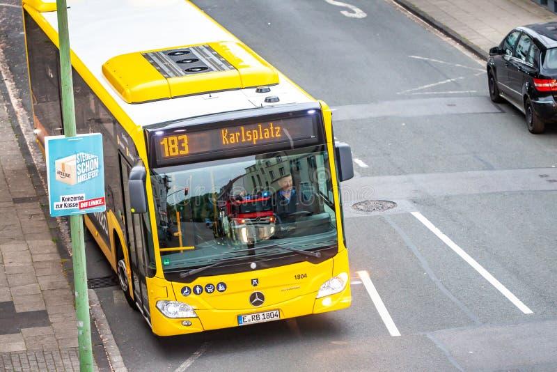 Essen, Duitsland - April 29 2019: Duitse bus die de brandbrigade overgaan bij Hallo-Straat, lucht stock fotografie