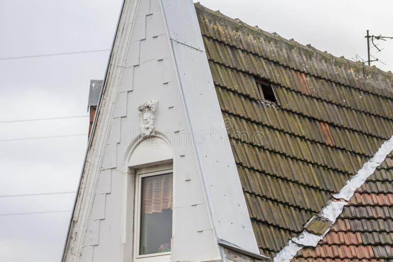 Essen, Duitsland - Januari 18 2018: Het onweer Friederike heeft een daktegel in Essen Schonnebeck losgemaakt stock afbeelding