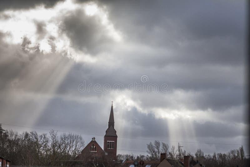 Essen, Duitsland - Januari 18 2018: Het onweer Friederike komt over de daken van Essen Schonnebeck aan stock afbeeldingen