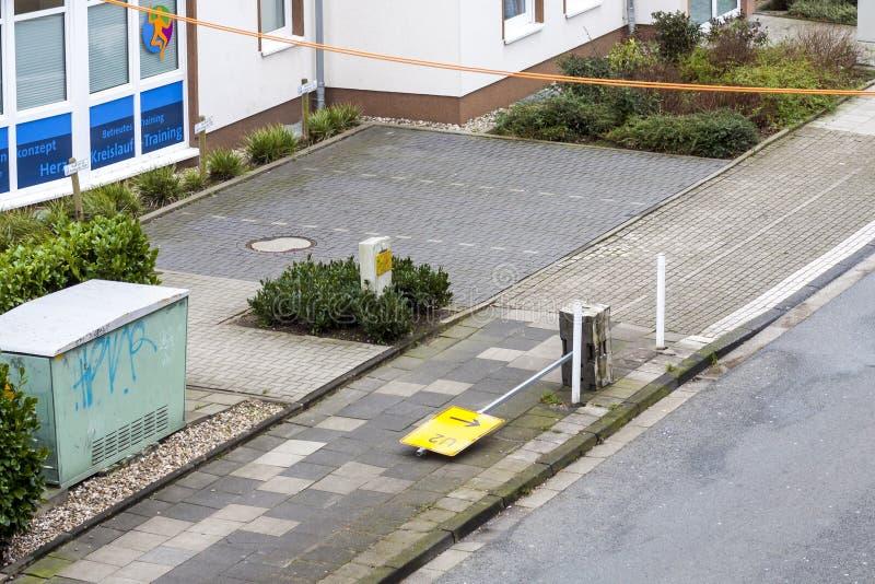 Essen, Duitsland - Januari 18 2018: Tijdelijke die verkeersteken U2 door het onweer Friederike bij de straat kruising ten val wor stock foto's