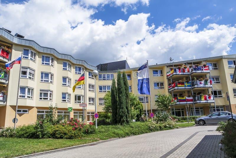 Essen, Duitsland - Juni 21 2018: Huis met de vlaggen van voetbalwereldbeker die wordt verfraaid stock foto