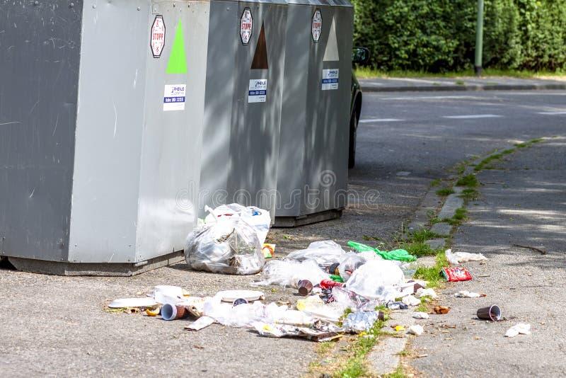 Essen, Duitsland - Mei 12 2018: Het vuilnis ligt naast de bak royalty-vrije stock fotografie