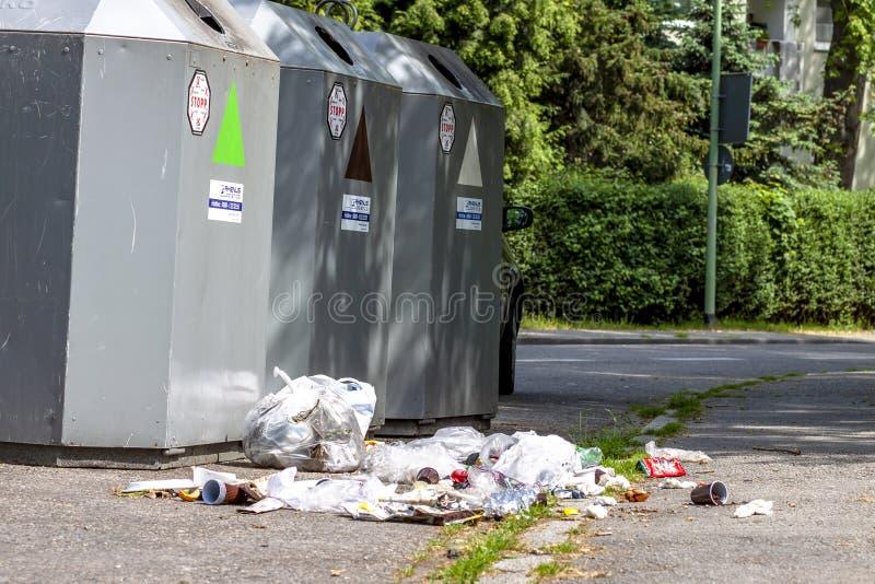 Essen, Duitsland - Mei 12 2018: Het vuilnis ligt naast de bak stock foto's