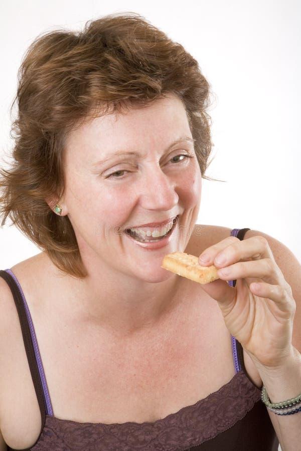 Essen eines Biskuites stockbild