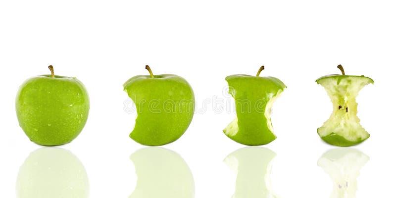 Essen eines grünen Apfels lizenzfreie stockbilder