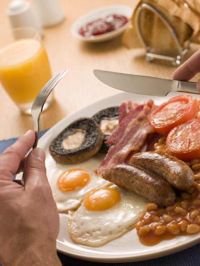 Essen eines vollen englischen Frühstücks lizenzfreie stockfotografie