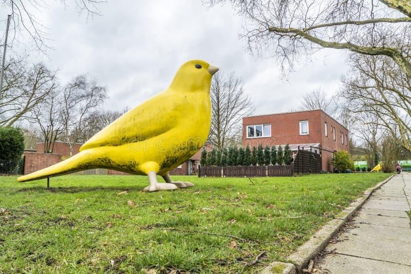 Essen, Germania - 24 gennaio 2018: L'uccello color giallo canarino dagli architetti di Hummert e di Ulrich Wiedermann sta indican fotografia stock