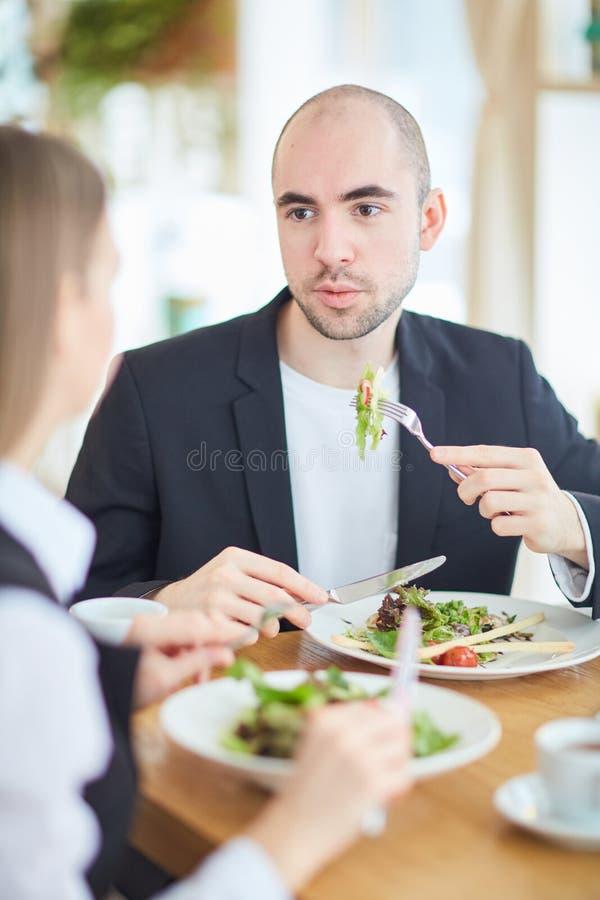 Essen im Restaurant lizenzfreie stockfotos