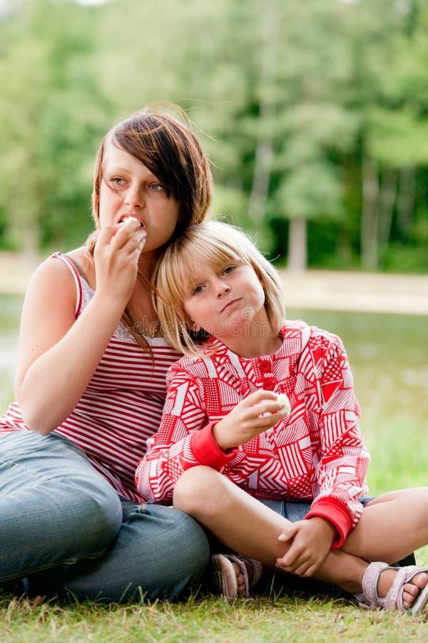 Essen mit 2 Mädchen lizenzfreie stockfotos