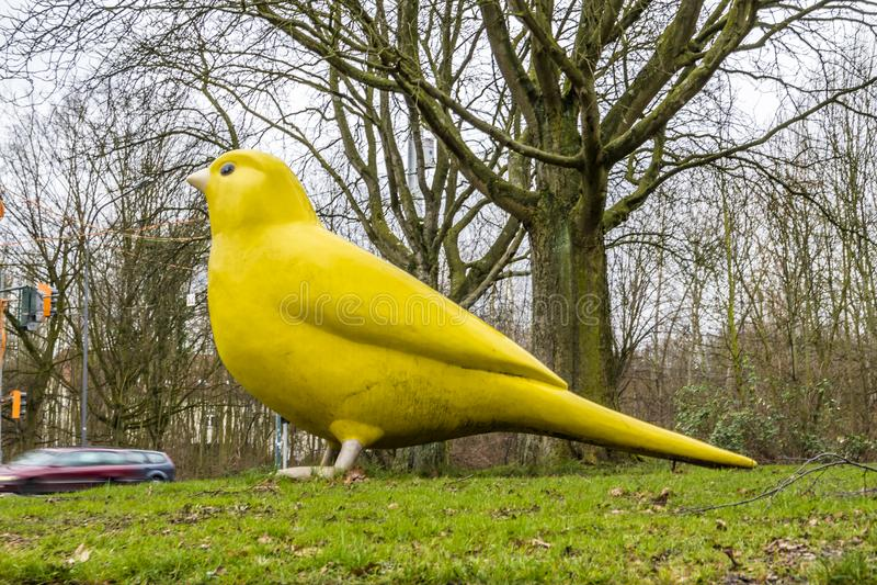 Essen Niemcy, Styczeń, - 24 2018: Kanarowy ptak Ulrich Wiedermann i Hummert architektami wskazuje sposób zdjęcia royalty free