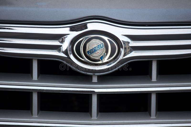Essen, Noordrijn-Westfalen/Duitsland - 18 10 18: chrysler autoteken op een auto in Essen Duitsland royalty-vrije stock fotografie
