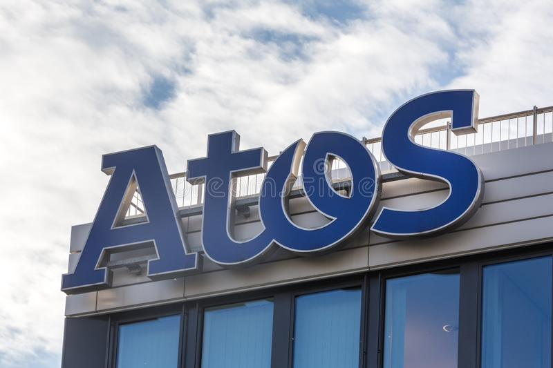 Essen, Renania settentrionale-Vestfalia/Germania - 02 11 18: i atos firmano su una costruzione a Essen Germania immagini stock