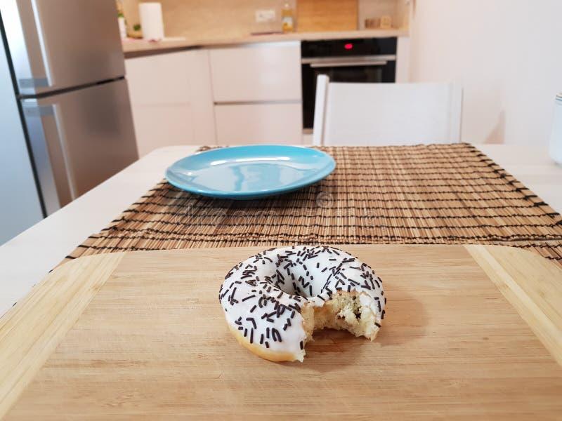 Essen Sie den Donut lizenzfreies stockbild