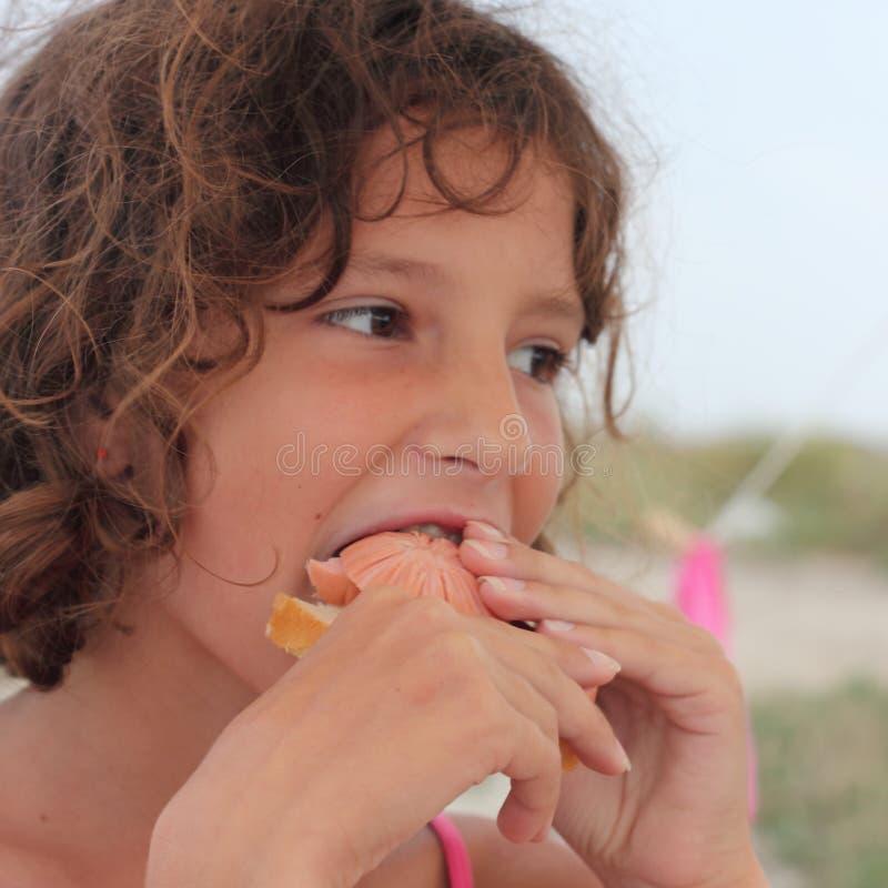 Essen Sie ein Sandwich mit Wurst stockbilder