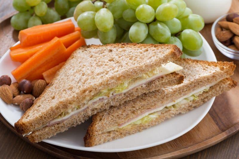 Essen Sie mit Sandwichen, Getränken und frischer Frucht, Nahaufnahme zu Mittag lizenzfreie stockbilder