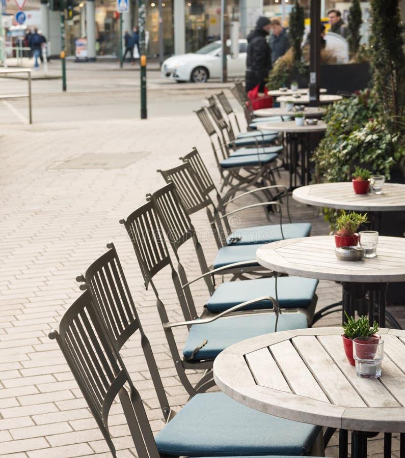 ESSEN TYSKLAND - JANUARI 25, 2017: Illvilja av vintertemperaturer ett kafé erbjuder platser utomhus arkivbilder