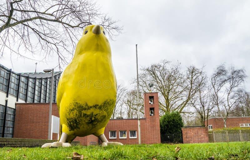 Essen Tyskland - Januari 24 2018: Kanariefågelfågeln av Ulrich Wiedermann och Hummert arkitekter pekar vägen till arkivfoton