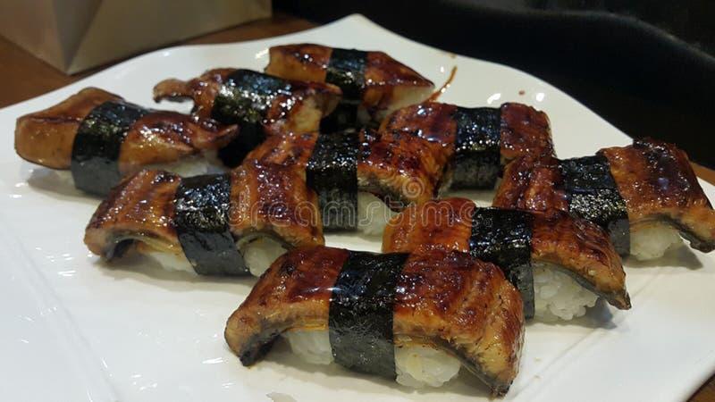 Essen von Sushirollen Japanisches Lebensmittelrestaurant stockbild