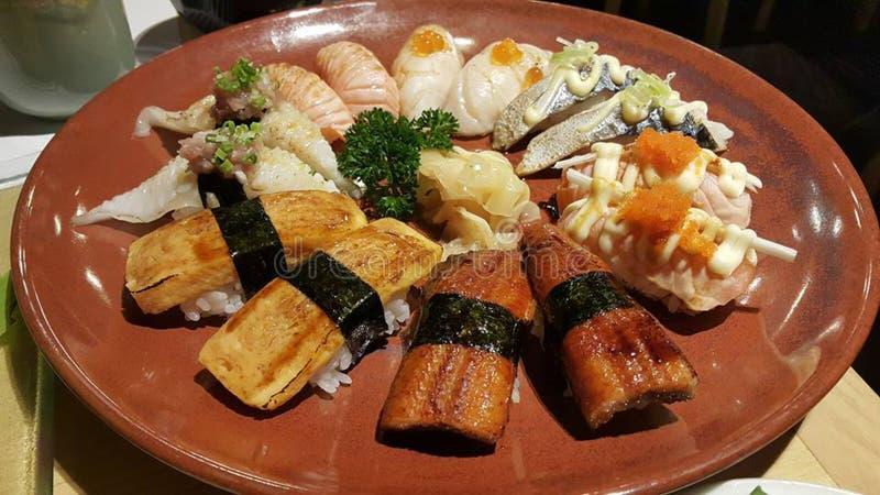 Essen von Sushirollen Japanisches Lebensmittelrestaurant stockfotografie