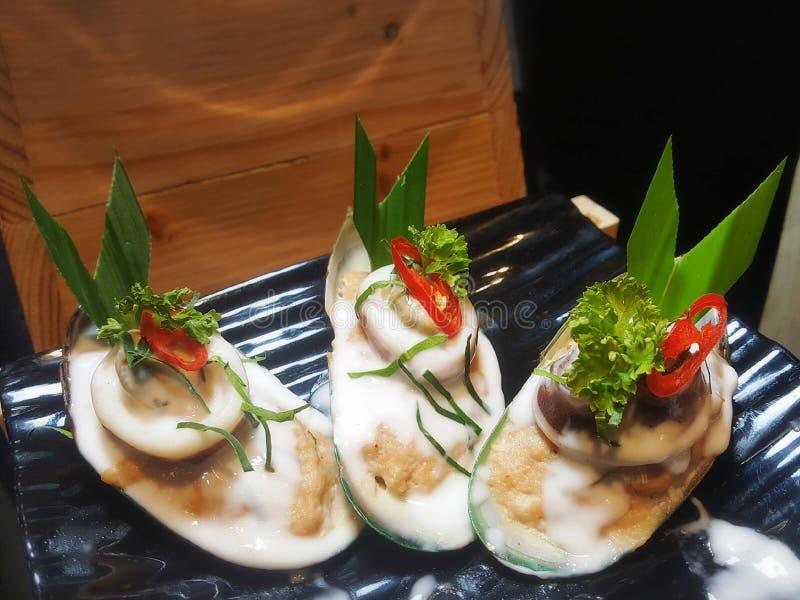Essen von Sushirollen Japanisches Lebensmittelrestaurant lizenzfreie stockfotos
