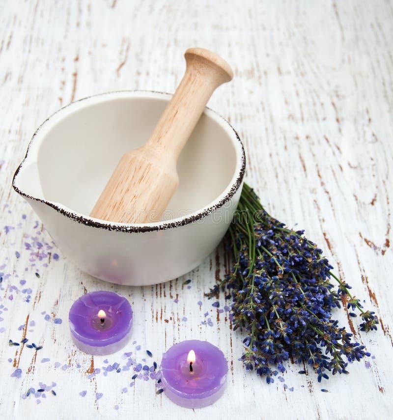Essence de lavande avec du sel de bain et la lavande fraîche image stock