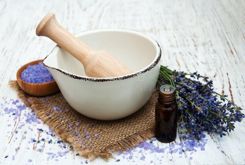Essence de lavande avec du sel de bain et la lavande fraîche photographie stock libre de droits