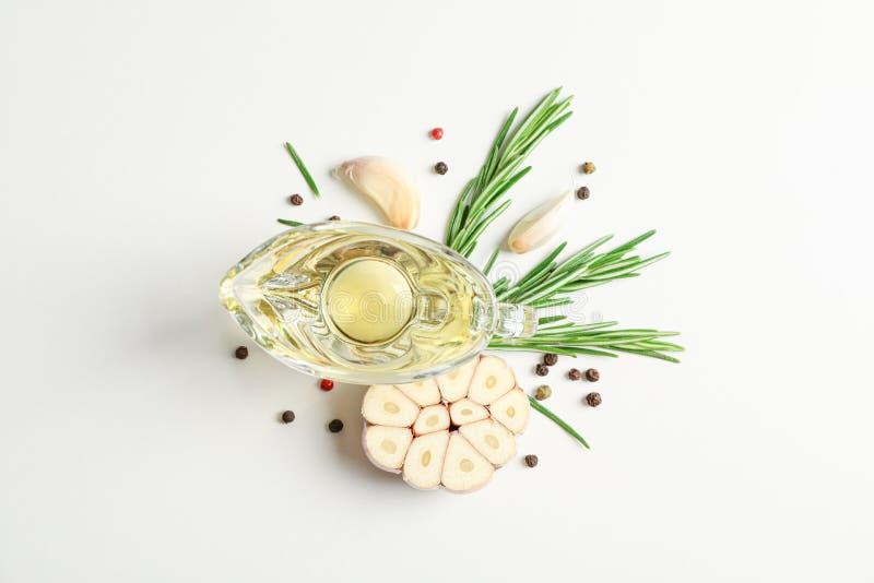 Essence de romarin et feuilles, ail, poivre sur le fond blanc photo stock
