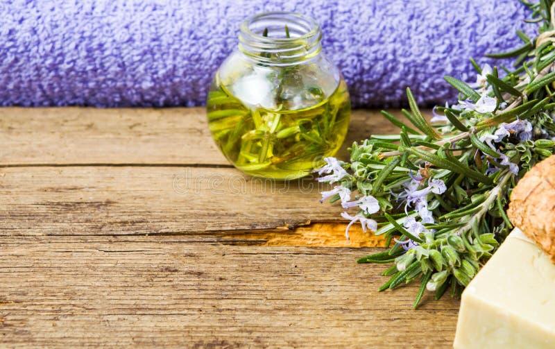 Essence de romarin et savon pour le traitement de fines herbes photographie stock libre de droits