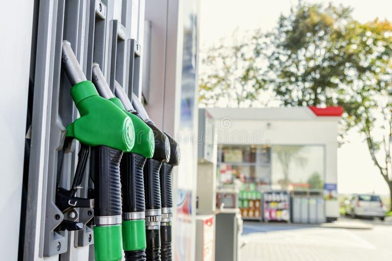 Essence et distributeur diesel à la station service photos stock