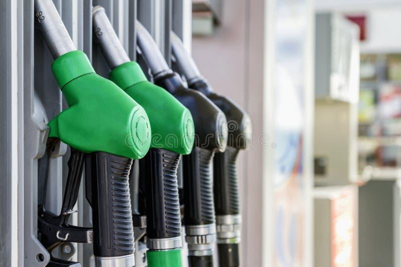 Essence et distributeur diesel à la station service photographie stock