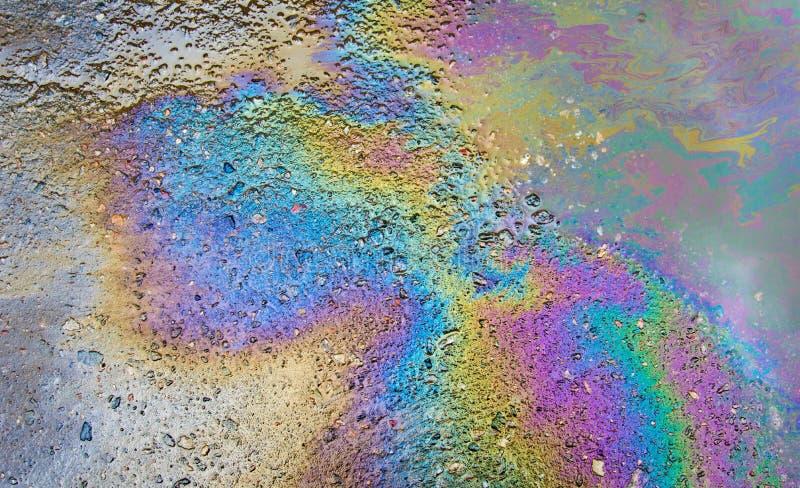 Essence sur l'asphalte une grande eau de magma photo stock