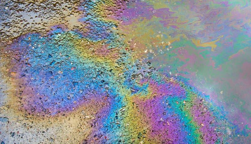 Essence sur l'asphalte une grande eau de magma photos stock
